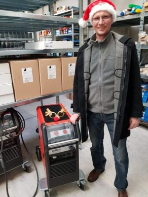 Heinrich Fladenhofer mit einer LORCH MicorMIG300 mit Weihnachtsmütze