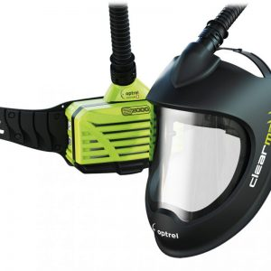 Clearmaxx Schleifschutzhelm Optrel mit Frischluftgebläseanschluss und Gebläseeinheit im Hintergrund